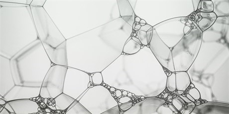 From soap bubbles to foams, a magnificent geometric challenge